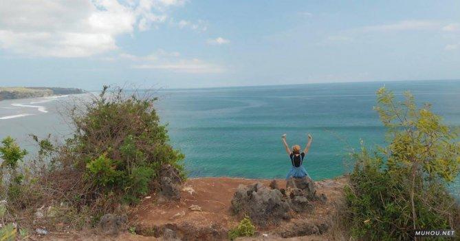 3153205|美女坐在海边岩石观海背影的4KCC0视频素材