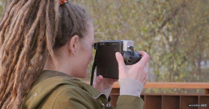 3253796 女人使用拍立得相机拍照4K免费素材视频