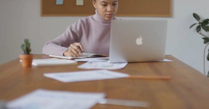 3251916|女人使用苹果笔记本在桌子上办公4K免费素材视频
