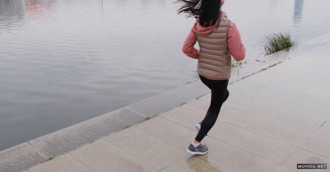 3048877|女人在河边跑步的背影4K免费素材视频